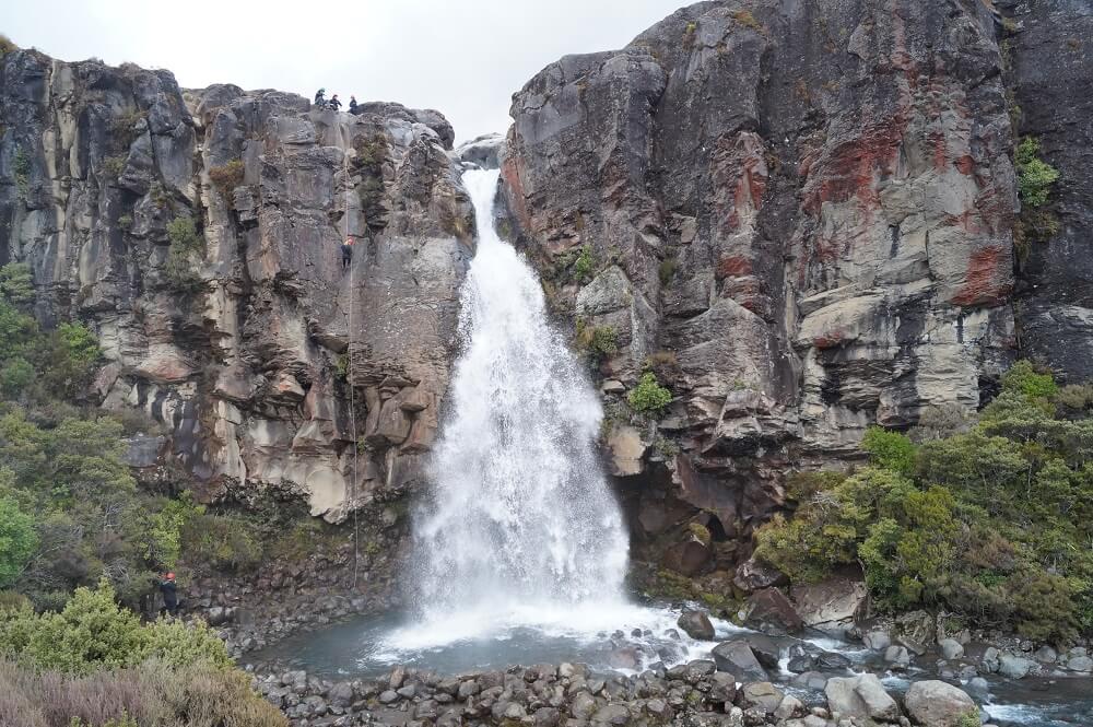 Die 20 m hohen Taranaki Falls in Neuseeland