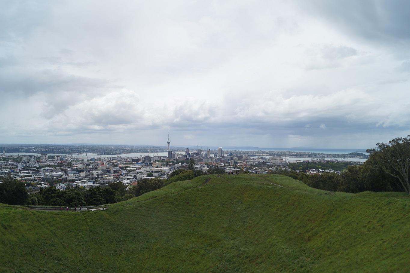 Blick auf den Krater des Mount Eden sowie die Skyline von Auckland