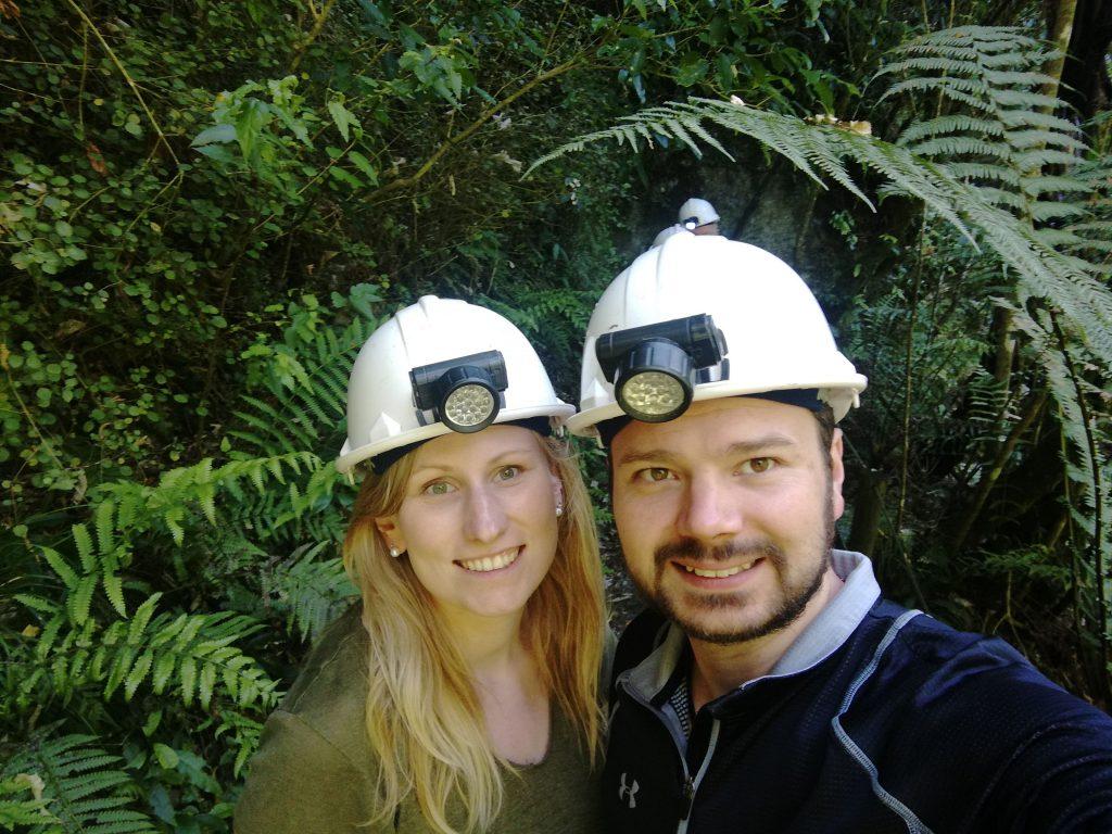 Wir mit Höhlen-Erkundungs-Ausrüstung in Waitomo