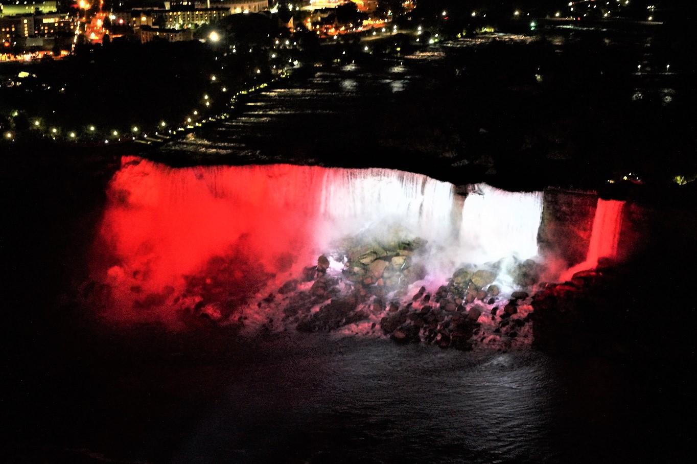 Die American Falls bei Nacht. Bei uns leuchteten sie aufgrund des Canada Days in rot-weiß-rot.