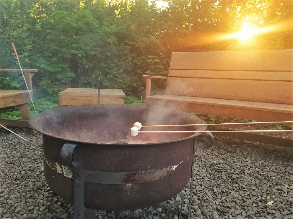 Sonnenuntergang mit S'mores am Lagerfeuer