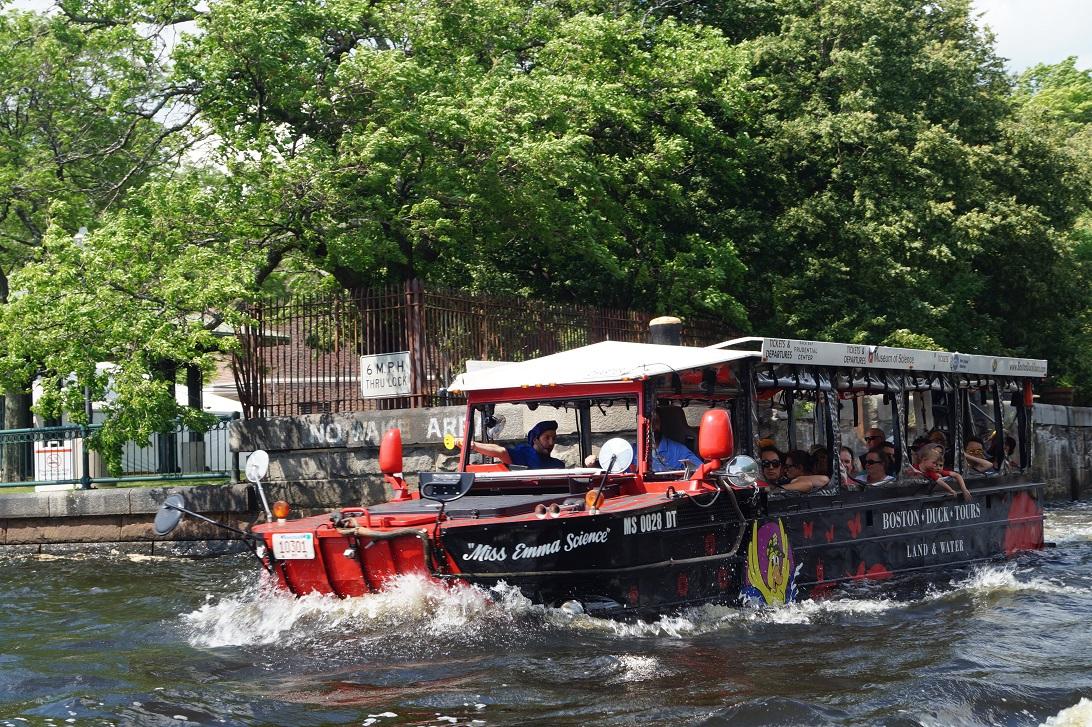 Ein Duck Boat auf dem Charles River in Boston