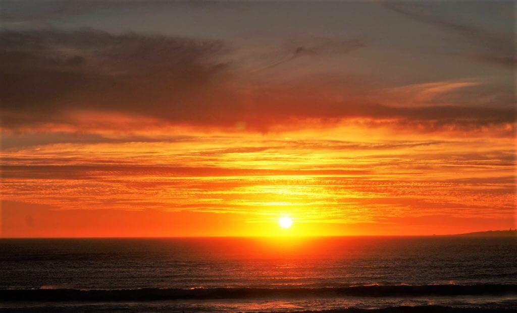 Sonnenuntergang über dem Meer in Kapstadt