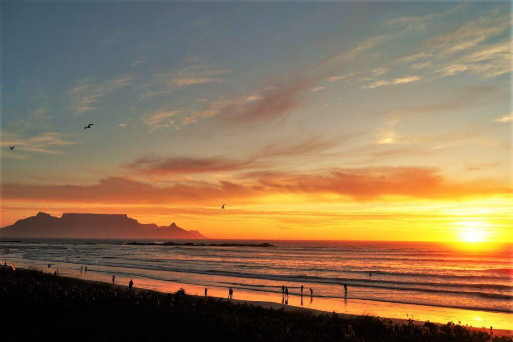 Sonnenuntergang mit Blick auf den Tafelberg in Kapstadt