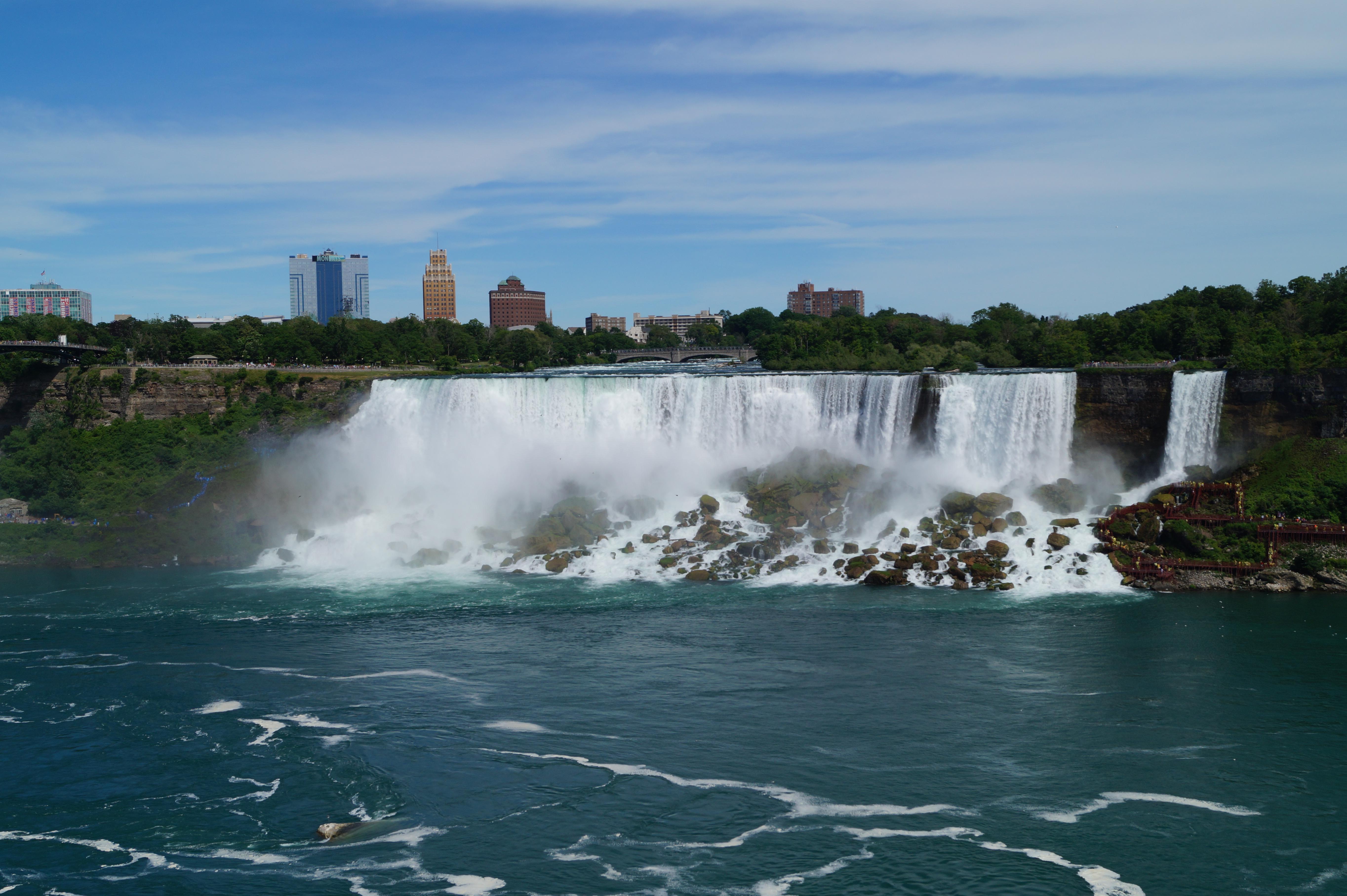Der Blick von Kanada auf die amerikanische Seite der Niagara Fälle ist wirklich beeindruckend