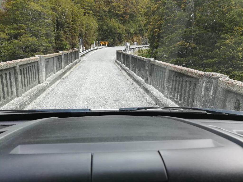 Einspurige Straße auf dem Haast Pass auf dem Weg zum Franz Josef Gletscher
