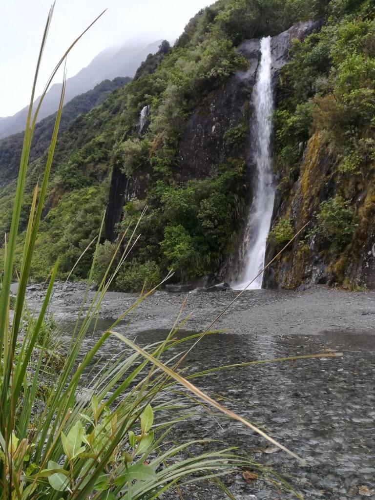 Wasserfall entlang des Glacier Valley Walk am Franz Josef Gletscher