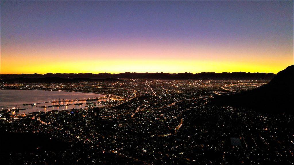 Sonnenaufgang auf dem Lion's Head in Kapstadt