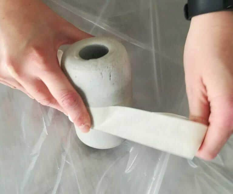 Betonvase vor dem bemalen mit Klebeband abkleben
