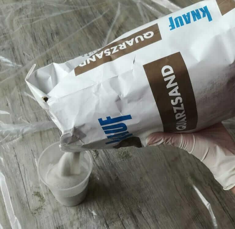 Zement und Quarzsand abmessen